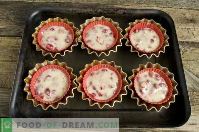 Muffins on kefir with strawberry filling