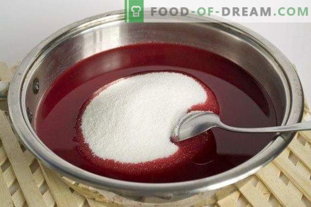 Confiture of garden berries with cinnamon and cardamom